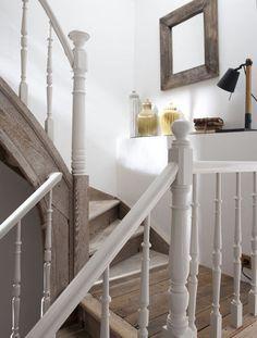 Aménagement escalier : 4 stratégies pour rafraîchir l'escalier de la maison - CôtéMaison.fr Devine Design, Home Staging, Country Cottage Style, House Styles, Home Decor, House Interior, Home Deco, Interior Design, Stairs Design