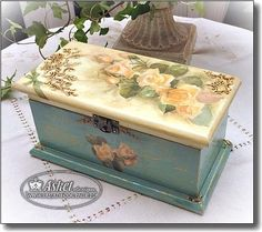 Decoupage Wood, Decoupage Vintage, Decoupage Tutorial, Painted Wooden Boxes, Wood Boxes, Vintage Sheets, Vintage Box, Diy And Crafts, Paper Crafts