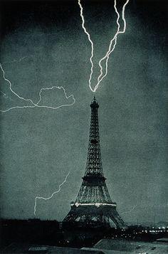 """La tour Eiffel frappée par la foudre le 3 juin 1902 à 21h20. Cette image est l'une des premières photos jamais réalisées montrant la foudre dans un environnement urbain. Extrait de """"Tonnerre et éclairs"""", de Camille Flammarion."""