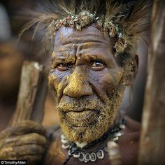 Papua New Guinea (by Timothy Allen) Pictures Of People, Old Pictures, Population Du Monde, Beautiful World, Beautiful People, Beautiful Eyes, Arte Tribal, Old Faces, Tribal People