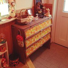 女性で、4LDKの収納/手作り/DIY/ハンドメイド/玄関/入り口についてのインテリア実例を紹介。「玄関の靴箱を作ってもらった〜お花柄の壁紙がお気に入りです^ ^」(この写真は 2014-09-19 14:52:15 に共有されました)