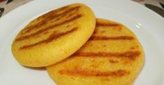 Las arepas demaíz son el pan de los desayunos de mi casa, siempre que puedo preparo una buena cantidady las conservo sin cocinar en e...