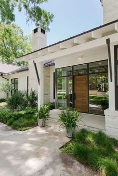 Modern and contemporary front door entrance! Gorgeous front door entry exterior in glass with a wood door! Design Exterior, Exterior Paint Colors, Door Design, House Design, Garden Design, Front Design, Contemporary Front Doors, Modern Front Door, Modern Entry