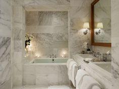 Stilrent badrum i marmor. Fint stort inbyggd jacuzzi och badkar. Mysigt.