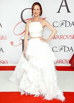 Juliette Lewis arrived on the arm of Christian Siriano, wearing one of the designer's ensembles: a white, spaghetti-strap crop top and a matching feathered skirt. She added a square clutch and laser-cut heels.