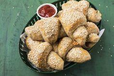 Grove horn med ost og skinke har fyllet inni, og passer derfor godt i matpakka og som turmat. Du lager dem av sammalt hvete, og drysser sesamfrø på toppen.