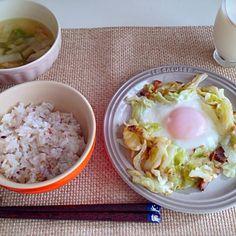 バイオメトリクス。小松菜がなかったので、同じ緑黄色野菜のピーマンで。 - 11件のもぐもぐ - ベーコンとキャベツの巣篭もり卵 大根ピーマンのコンソメスープ 牛乳 by nyaromechan
