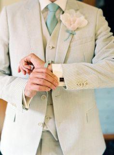 Tonos claros y vintage para el traje del novio http://www.miboda.tips/