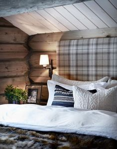 We already choose Extremely cozy and rustic cabin style living rooms, bedroom and overall Home Interior Design Inspirations. Each space differs, just with the appropriate furniture, you can readily… Cozy Cabin, Cozy House, Winter Cabin, Cozy Cottage, Cabin Homes, Log Homes, Cabin Design, House Design, Cabin Interior Design