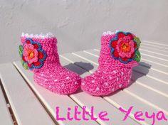 chaussons bottes bébé fille crochetée main rose blanc et fleur fermeture velcro : Mode Bébé par little-yeya