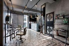 인테리어&건축 디자인 스튜디오, 하오디자인의 최근작, 큐포트 헤어살롱은 타이완 가오슝의 오래된 다층건물을 리뉴얼, 현대적인 상업공간과 거주공간을 합성한 복합주거 형태로 제안된다. 시간과 장소가 꼴라쥬된 인테리어 디자인의 특징은 강렬한 색체, 파이프라인, 비행기 엔진의 오브제, 그리고 콘크리트가 건축주의 개인 아트컬렉션과 앙상블을 이루며 생성하는 빈티지 이미지를 통해 발현된다. 이는 현대생활공간을 위한..