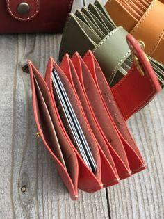 画像3: 本革ジャバラカードケース たくさんあるカードをしっかり収納!仕分けも! (3) Leather Wallet Pattern, Small Leather Wallet, Handmade Leather Wallet, Wallets For Women Leather, Leather Purses, Leather Handbags, Leather Bag, Leather Accessories, Black Handbags