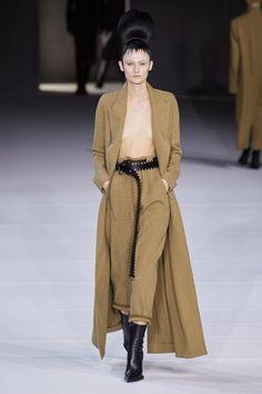 Haider Ackermann Fall 2020 Ready-to-Wear Fashion Show - Vogue Haider Ackermann, Couture Mode, Style Couture, Couture Fashion, Fashion Week Paris, 2020 Fashion Trends, Fashion 2020, Fashion News, Vogue Fashion