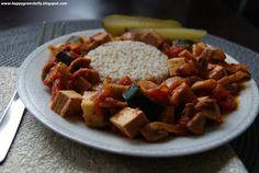 Potrawka warzywna z wędzonym tofu  Składniki: 1 puszka krojonych pomidorów 1/4 szklanki wody kostka wędzonego tofu 20 dag pieczarek 1 średnia cukinia 1 średnia cebula 2 łyżeczki słodkiej mielonej papryki 1/4 łyżeczki ostrej mielonej papryki 1 łyżeczka ziół prowansalskich pół łyżeczki pieprzu ziołowego 1 łyżeczka soli 2 łyżki oleju rzepakowego