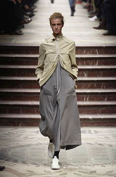 Yohji Yamamoto - Ready-to-Wear - Runway Collection - Women Fall / Winter 2002
