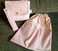 Kit viagem contendo uma necessaire, um saquinho de lingerie ou bijuteria e uma capinha de lixa de unha. <br>Confeccionados com tecido nacional. <br>Peça única.