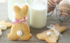 Rezept: Süße Osterkekse ZUTATEN Teig: 300 g Mehl 200 g Butter 90 g Staubzucker (fein gesiebt) 1 Ei 1 Pkg. Vanillezucker Mark von 1/2 Vanilleschote Schale von 1/2 Zitrone Deko: Baiserkugeln Weiße Schokolade (geschmolzen) Rosa, weiße und Blaue Schleifen