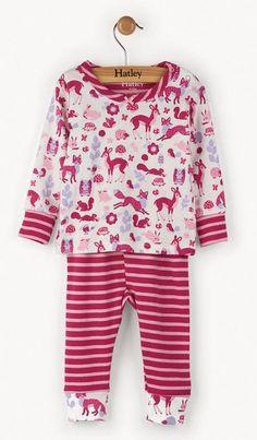 2-delige meisjes pyjama woodland van het kinderkleding merk Hatley. Een meisjes pyjama uit 2 delen met een beige t-shirt met daarop een all over print in verschillende kleuren wilde dieren en bloempjes, blaadjes en paddenstoelen. De ronde hals en de uiteinde van de mouwen zijn paarse/roze afgewerkt.  De broek is roos/paars gestreept, aan het uiteinde van de broekspijp komt de all over print terug.