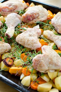 Mit Koriander und Kreuzkümmelpulver gewürztes Hähnchen auf Gemüse aus dem Backrohr.