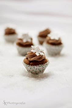 Christmas gingerbread cupcakes with chocolate cream topping Christmas Desserts, Christmas Baking, Holiday Treats, Fun Desserts, Holiday Recipes, Dessert Recipes, Christmas Foods, Christmas Recipes, Christmas Time