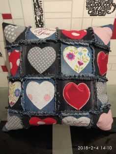 Jean Crafts, Denim Crafts, Refaçonner Jean, Quilting Projects, Sewing Projects, Chicken Quilt, Fabric Hearts, Patchwork Pillow, Applique Fabric