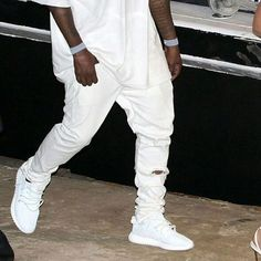 Kanye recently pulled out some all white Yeezy 350 Boosts. Would you like to see these release? (Via @thesneakerilluminati)