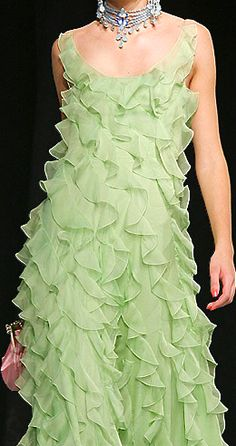 Christian Dior Perfect color, perfect design, I'm in love! John Galliano, Christian Dior, Dior Fashion, Runway Fashion, Nyc Fashion, Gq, Fashion Details, Fashion Design, Green Fashion