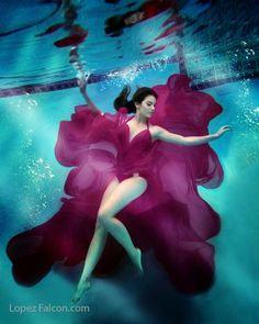 Pose and Photo Inspiration (Underwater) Underwater Model, Underwater Painting, Underwater Pictures, Underwater World, Underwater Maternity Photography, Underwater Photoshoot, Paint Photography, Nature Photography, Photography Couples