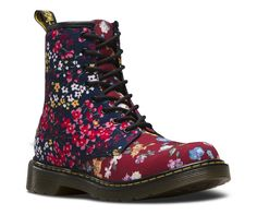 This youth version our iconic 1460 boot has been revitalised in a lightweight, yet durable canvas with a '90s-inspired floral print for kids. The icing on the cake? The ever-comfy, ever iconic and ever cool Dr. Martens Goodyear welted sole — served up with Doc DNA like yellow stitching, grooved sides and heel loop.