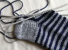 Priscila: MEDIAS DE LANA CON CINCO AGUJAS Knitting Socks, Knitted Hats, Pretty Shoes, Sock Shoes, Fingerless Gloves, Arm Warmers, Knitting Patterns, Diy And Crafts, Winter Hats