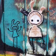 By @anitabuaroy via Instagram: Time to scare mommy!  #ami #amistreetart #amigurumi #streetartbergen #streetart #gatekunst #gatekunstbergen #doodle #crochet #hekle #family #art #nygårdsparkenbarnehage #nygårdsparkenskatepark #møhlenpris #yarnbombing