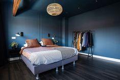 Donkere vloer en muren slaapkamer | Laura Hindriks | Stek Magazine Blue Ceiling Bedroom, Bedroom Decor, Blue Ceilings, Green Flats, Master Bedroom, Relax, Interior Design, Wood, House