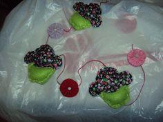Móbile de cupcake em feltro, com contas e fuxicos. 40 cm. R$15,00