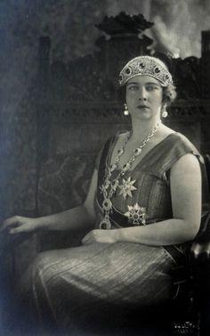 Queen Marie of Yugoslavia. She s using the Emerald+ diamond parure which belonged to Gdss Elisabeth Fyodorovna.  Atelier Julietta, 1921.