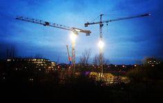 Auch die Dunkelheit kann die fleißigen Bauarbeiter nicht abschrecken!  #baustelle #site #buildingsite #kran #crane #dark #dunkel #nacht #nachtfotografie #night #nightphotography #fleißig
