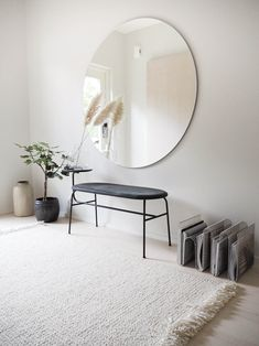 lainahöyhenissä - Blogi | Lily.fi Mirror Decor Living Room, Room Decor, Interior Architecture, Interior And Exterior, Interior Design Trends, Scandinavian Chairs, Minimal Decor, Home And Living, Living Spaces