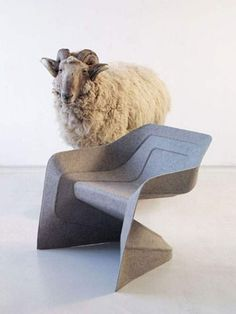 """""""Hemp chair"""", silla monobloque de fibra natural diseñada por el estudio berlinés de Werner Aisslinger, con el soporte del gigante químico alemán BASF.  El material eco-tecnológico desarrollado por BASF es Acrodur® junto con una serie de fibras a base de hierbas naturales, como el lino, cáñamo, kenaf, fibra de coco, sisal y el abacá.  Una silla apilable, con una estructura de nervios que le otorgan ligereza y resistencia además de un proceso de fabricación """"ECO"""" (barato y sostenible)"""