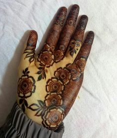 Image may contain: one or more peoplej Khafif Mehndi Design, Floral Henna Designs, Henna Art Designs, Mehndi Designs For Girls, Mehndi Designs For Beginners, Modern Mehndi Designs, Mehndi Design Photos, Dulhan Mehndi Designs, Wedding Mehndi Designs