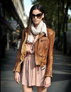 COURO CHIQUE: Toda mulher, ou quase toda tem em seu guarda-roupa uma boa jaqueta de couro. Peça fashion, ícone de moda o couro é sempre tendência.