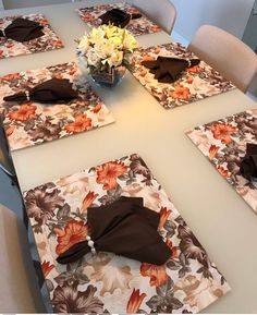 Diy Home Crafts, Handmade Crafts, Diy Para A Casa, Modern Table Runners, Dinning Room Tables, Marble Art, Holiday Tables, Mug Rugs, Decoration Table