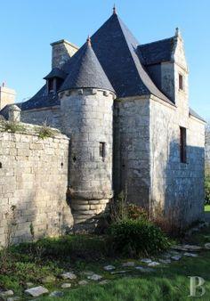 A l'extrême ouest du continent, dans le Finistère sud, un grand manoir du 16ème siècle classé MH, proche de la mer d'Iroise - manoirs à vendre - bretagne - Patrice Besse Châteaux et Demeures de France, agence immobilière spécialisée dans la vente de châteaux, demeures historiques et tout édifice de caractère
