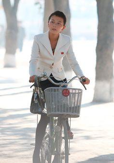 市内を自転車で走る女性(咸鏡北道清津市)(2014年09月18日) ▼18Sep2014時事通信|北朝鮮の美女たち 写真特集 http://www.jiji.com/jc/d4?d=d4_kk&p=nko625-A66P1018 #North_Korea #Chongjin