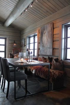 Norwegian mountain cabin Cabin Lighting, Winter Cabin, Cabin Interiors, Log Homes, Cozy House, House Design, Interior Design, Dining Room, Cottage
