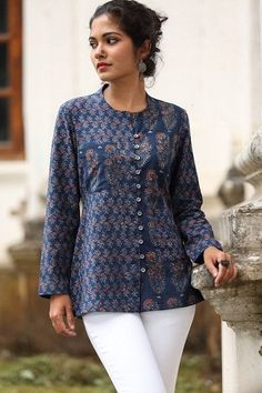 Kurta tops are a wonderful addition to women's wardrobe for its mix of Indian and western style. Here are the 15 best kurti tops for women in India. Salwar Designs, Short Kurti Designs, Kurta Designs Women, Kurti Designs Party Wear, Blouse Designs, Kurta Neck Design, Kurti Patterns, Creation Couture, Short Tops