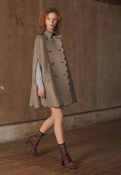 Red Valentino Pre-Fall 2018 Fashion Show Collection: See the complete Red Valentino Pre-Fall 2018 collection. Look 4 Autumn Fashion 2018, Fashion Week, Runway Fashion, High Fashion, Fashion Outfits, Fashion Trends, Fashion Cape, Grunge Outfits, Haute Couture Style