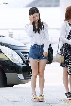 dedicated to female kpop idols. Nayeon, K Pop, Senior Portraits Girl, Jung Chaeyeon, Kim Doyeon, Goth Women, Cute Japanese Girl, Airport Style, Airport Fashion
