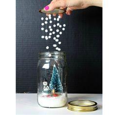 Olha que ideia mais fofa para reinventar aquele pote de geleia no natal…
