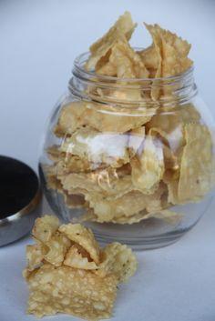 Biji Kacang mirip dengan Keripik Bawang Pada umumnya. Dibuat dari Tepung beras plus bumbu rempah Kencur dan Lada. Dijual per setengah kilogram Rp40.000, 1 kilogram Rp75.000. Pemesanan ke nomor 021 32255467.