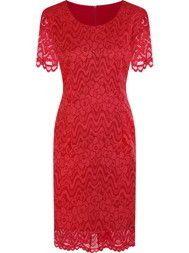 Feryda šaty s čipkou a červenom obleku na svadbu.