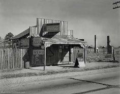 Old Alabama art print.Coca-Cola shack in Selma, Alabama, Walker Evans. Walker Evans, Old Pictures, Old Photos, Vintage Photos, Vintage Photographs, Vintage Postcards, Coca Cola, Shorpy Historical Photos, Chill